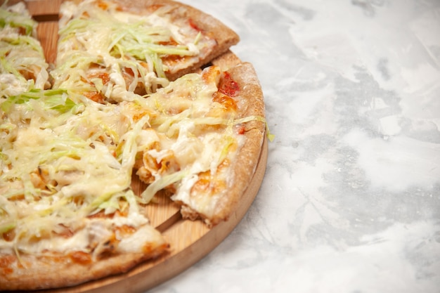 Bovenaanzicht van heerlijke veganistische pizza verdeeld in vieren op witte ondergrond