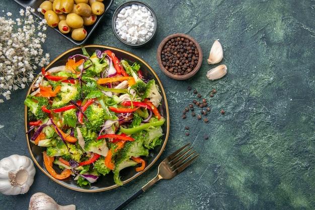 Bovenaanzicht van heerlijke veganistische salade in een bord met verschillende groenten