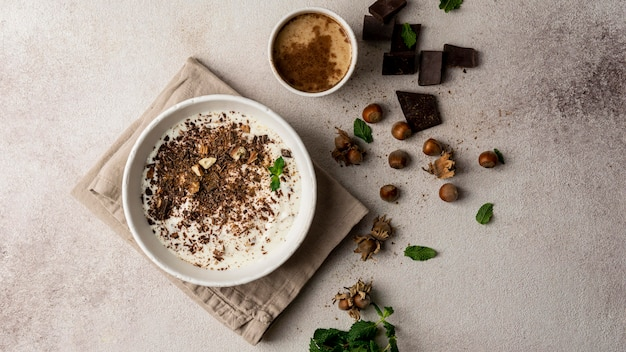 Bovenaanzicht van heerlijke yoghurt met chocolade