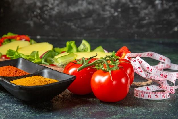 Bovenaanzicht van hele gesneden verse groenten en meter kruiden op mix kleuren oppervlak met vrije ruimte