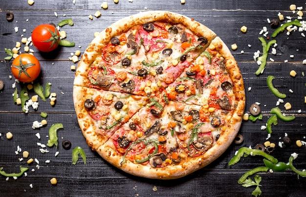 Bovenaanzicht van hele pepperoni pizza met sesam hagelslag bovenop