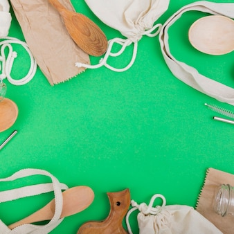 Bovenaanzicht van herbruikbare tassen met houten lepels