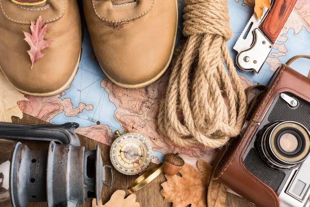 Bovenaanzicht van herfst essentials met laarzen en camera