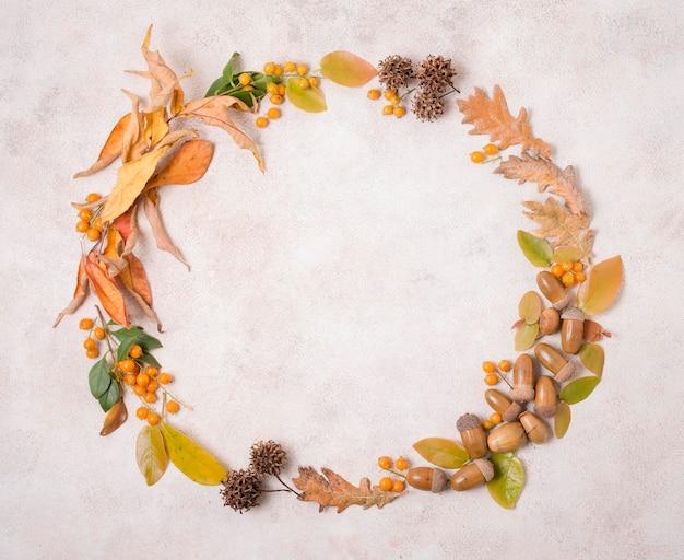Bovenaanzicht van herfst frame met bladeren en eikels