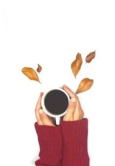 Bovenaanzicht van herfstbladeren en koffie
