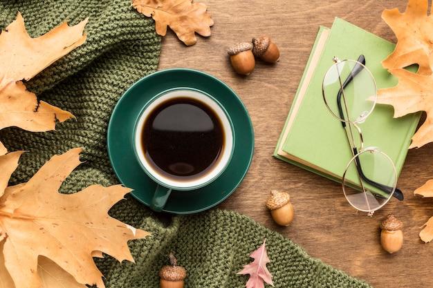 Bovenaanzicht van herfstbladeren met koffie en glazen