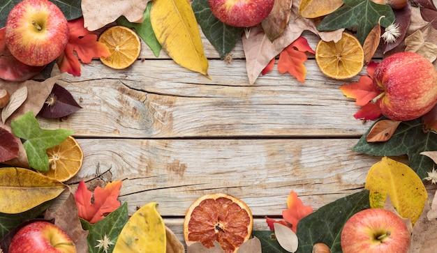 Bovenaanzicht van herfstbladeren met kopie ruimte en gedroogde citrus