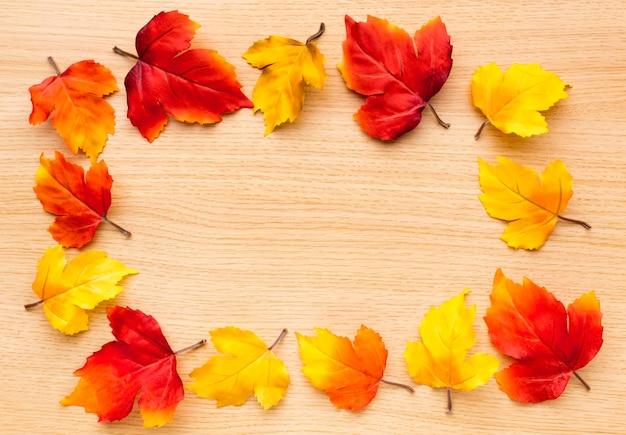 Bovenaanzicht van herfstbladeren voor terug naar schoolseizoen