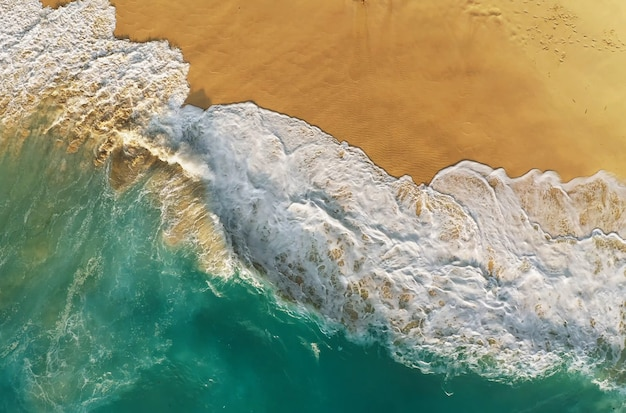 Bovenaanzicht van het beroemdste strand van bali, indonesië