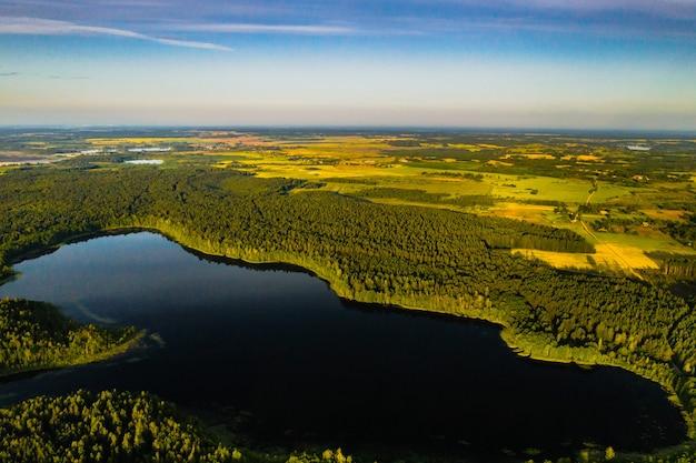 Bovenaanzicht van het bolta-meer in het bos in het braslav lakes national park bij dageraad