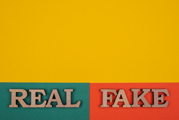 Bovenaanzicht van het concept van vals nieuws met kopie-ruimte