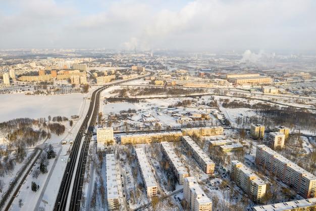 Bovenaanzicht van het district chizhovka in de winter van minsk, wit-rusland