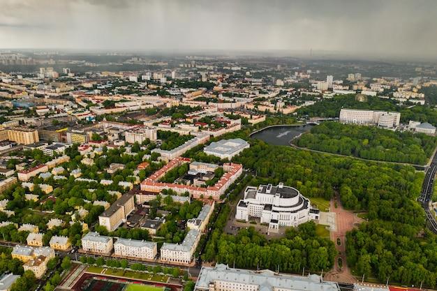 Bovenaanzicht van het gebouw van het bolshoi opera en ballettheater en park in minsk