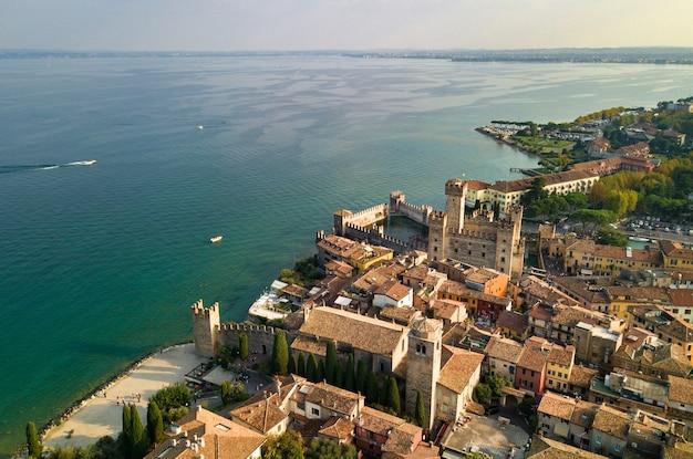 Bovenaanzicht van het kasteel van scaligera en sirmione aan het gardameer, italië, toscane.