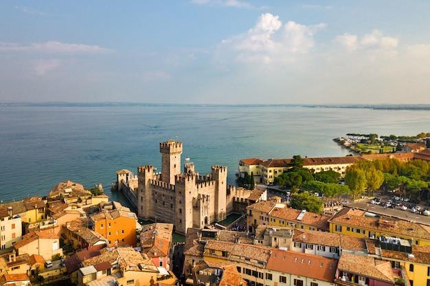 Bovenaanzicht van het kasteel van scaligera en sirmione aan het gardameer, toscane