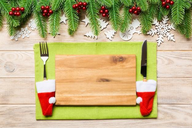 Bovenaanzicht van het kerstdiner op houten achtergrond