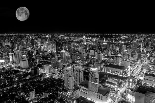 Bovenaanzicht van het kleurrijke nachtleven van bangkok in de nacht van de volle maan; zwart-wit filtertoon.