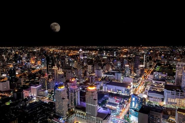 Bovenaanzicht van het kleurrijke nachtleven van bangkok in de nacht van de volle maan.