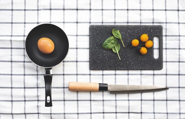 Bovenaanzicht van het koken van ingrediënten op de geruite doek tabelachtergrond