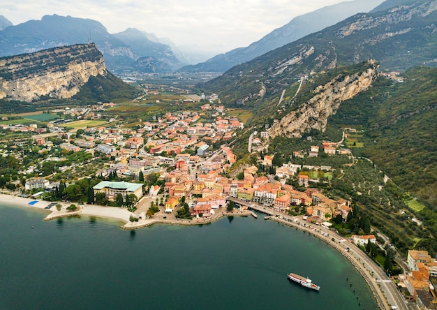 Bovenaanzicht van het lago di garda meer en het dorp torbole, alpine landschap. italië.