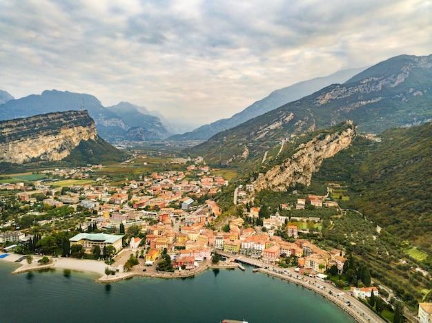 Bovenaanzicht van het lago di garda meer en het dorp torbole, alpine landschap