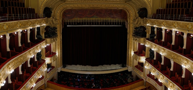 Bovenaanzicht van het lege operagebouwpodium met dichte gordijnen