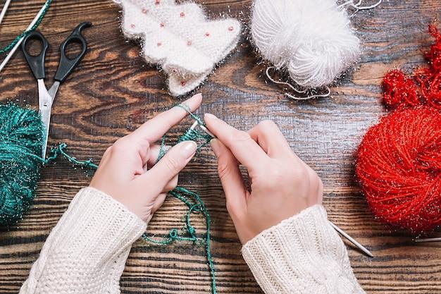 Bovenaanzicht van het maken van handgemaakte gebreide cadeaus voor kerstmis