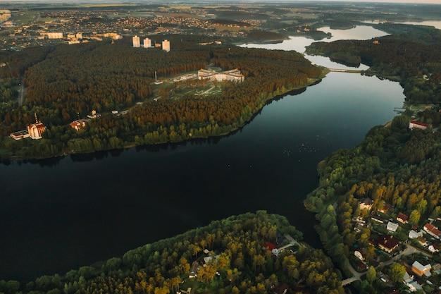 Bovenaanzicht van het medisch centrum in zhdanovichi en de rivier, minsk, uitzicht vanaf de hoogte van het medisch centrum en het meer. wit-rusland.