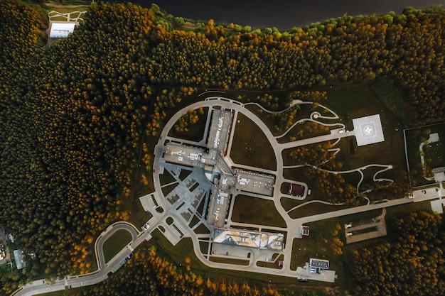 Bovenaanzicht van het medisch centrum in zhdanovichi, minsk, uitzicht vanaf de hoogte van het medisch centrum en het helikopterplatform. wit-rusland.