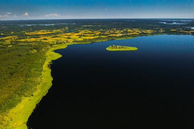 Bovenaanzicht van het meer drivyaty in het braslav lakes national park