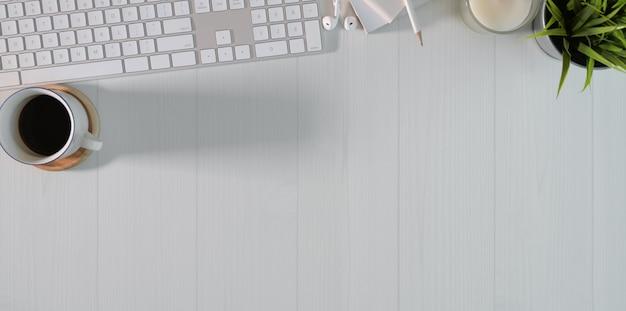 Bovenaanzicht van het minimale werkstation van freelancer