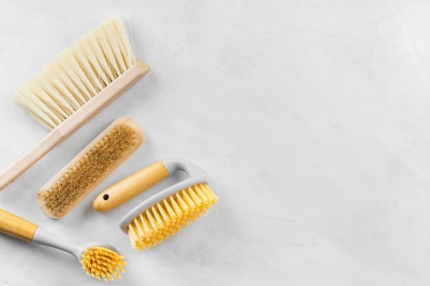 Bovenaanzicht van het reinigen van borstels met kopie ruimte