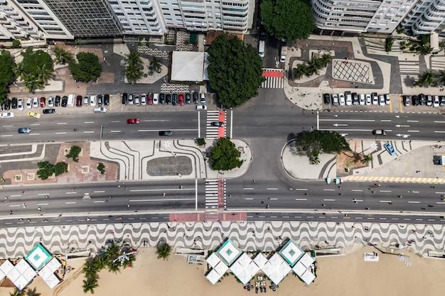 Bovenaanzicht van het strand van copacabana met mozaïek van stoep in rio de janeiro. brazilië
