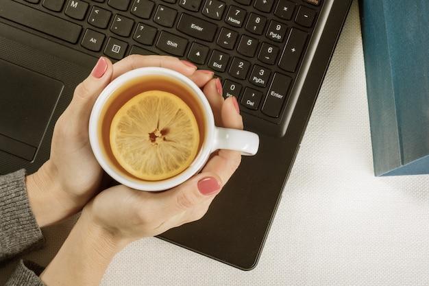Bovenaanzicht van het toetsenbord kopje hete thee met citroen