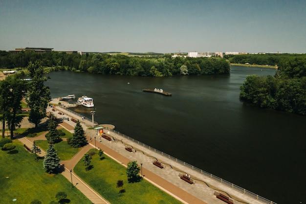Bovenaanzicht van het victory park in minsk en de svisloch-rivier. een vogelvlucht van de stad minsk en het parkcomplex. wit-rusland.