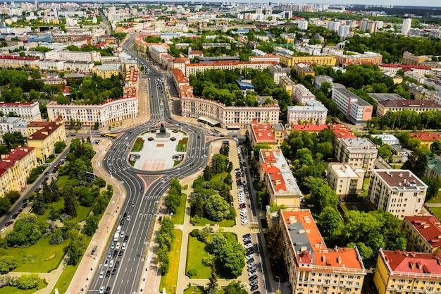 Bovenaanzicht van het victory-plein in minsk. bird's-eye view van de stad minsk en het victory-plein. wit-rusland.