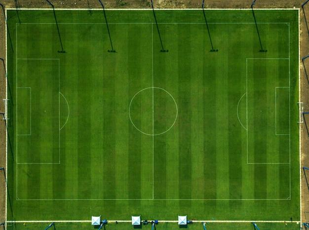 Bovenaanzicht van het voetbalveld.