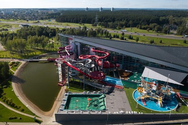 Bovenaanzicht van het waterpark in zhdanovichi en de ringweg in minsk.