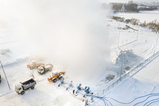 Bovenaanzicht van het werk van vier sneeuwkanonnen voor de productie van kunstsneeuw.