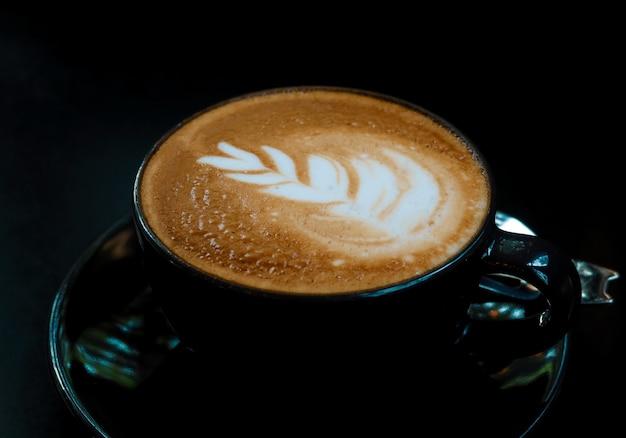 Bovenaanzicht van hete kunst latte