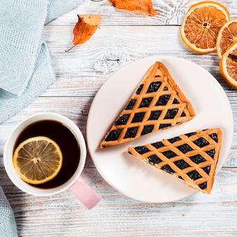 Bovenaanzicht van hete thee en taart