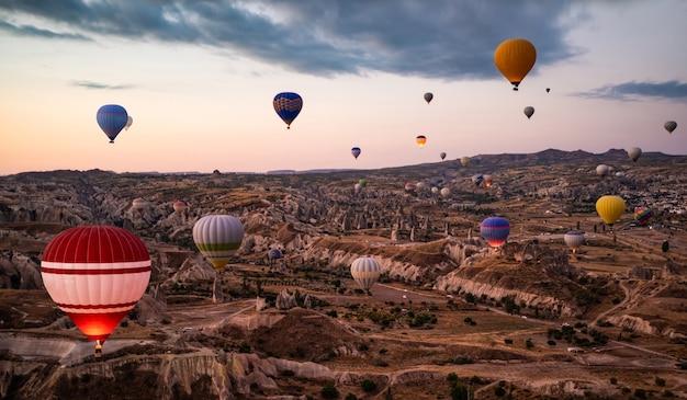 Bovenaanzicht van heteluchtballonfestival in cappadocië, turkije