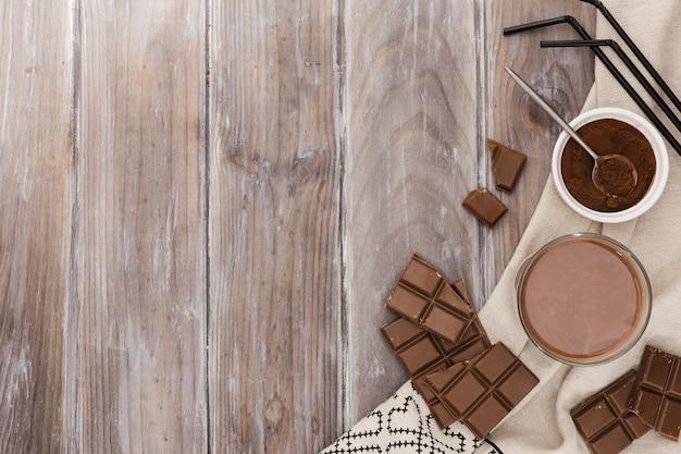 Bovenaanzicht van ho chocolade met rietjes en cacao