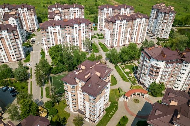 Bovenaanzicht van hoge gebouwen, geparkeerde auto's, stedelijke stadslandschap. drone luchtfotografie.
