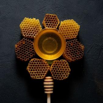 Bovenaanzicht van honing en honingraat in de vorm van een bloem
