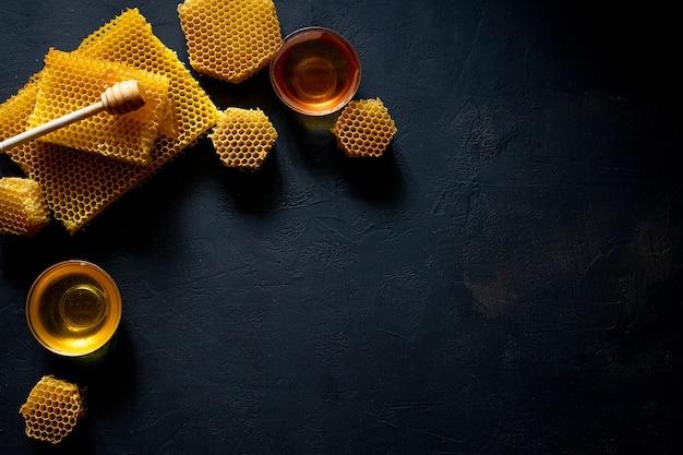 Bovenaanzicht van honing met honingraat