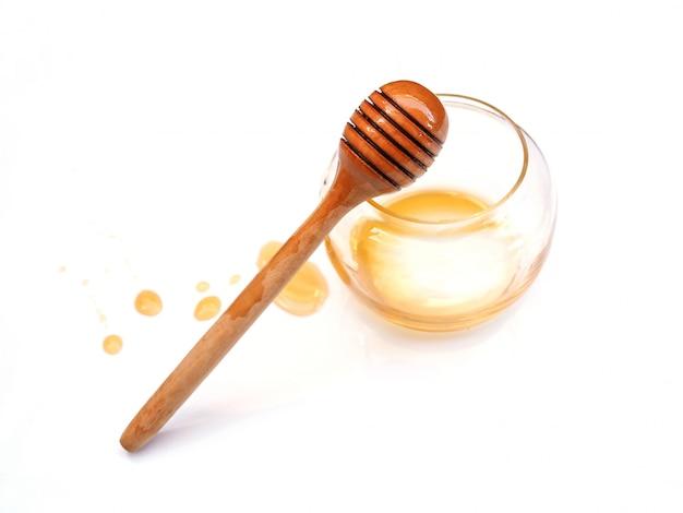 Bovenaanzicht van honing stick in lege honing glazen pot met vlek van honing