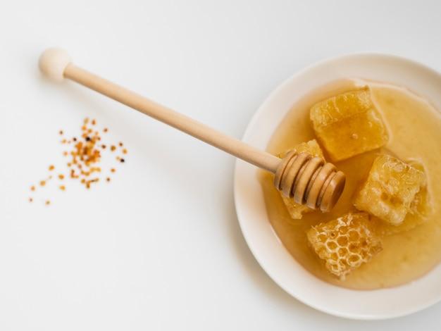 Bovenaanzicht van honingraten op plaat