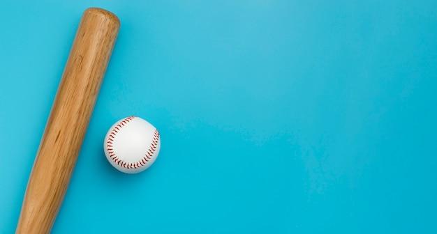 Bovenaanzicht van honkbal met vleermuis en kopie ruimte