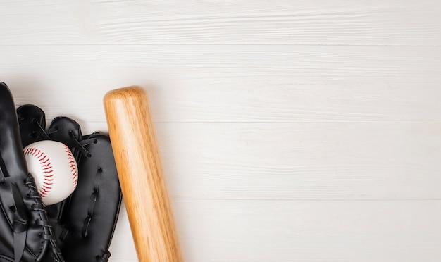Bovenaanzicht van honkbalknuppel met handschoen